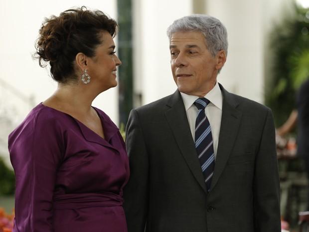 Enciumado, Claudio comenta que Beatriz poderia ter arrumado alguém muito melhor (Foto: Felipe Monteiro/TV Globo)