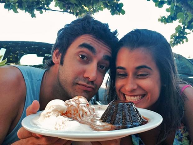 """Gabriel Godoy e a irmã, Flávia, apresentam o """"Petit Gateau da Mana"""" (Foto: Arquivo pessoal)"""