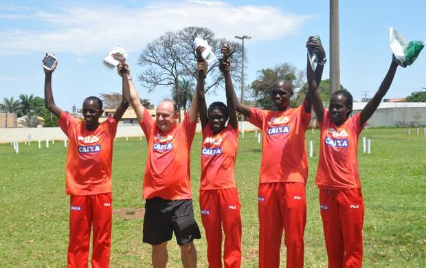 Equipe de quenianos. (Foto: Gabriela Pavão/ G1 MS)