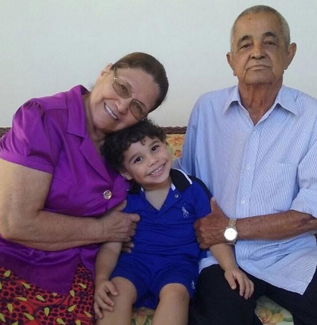João Francisco com os pais de Zezé di Camargo, Helena e Francisco (Foto: Reprodução)