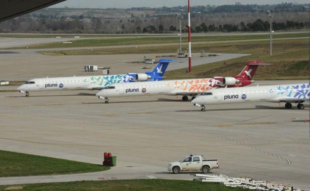 Aviões da Pluna no aeroporto de Montevidéu; empresa deixou de operar no Brasil na quinta (5/7) (Foto: Miguel Rojo/AFP)
