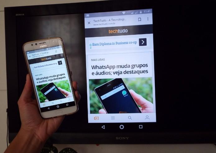 TV com Chromecast exibindo tela do celular com app do Google (Foto: Raquel Freire/TechTudo)