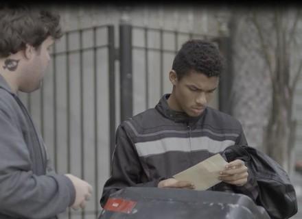 Max procura Anderson para saber de Tina