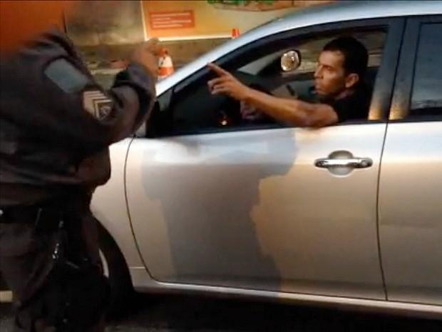 Tenente coronel da Polícia Militar tenta dar carteirada para se livrar blitz no ES (Foto: Reprodução/TV Gazeta)