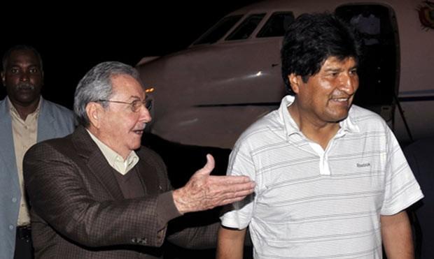 Os presidente de Cuba, Raúl Castro, e da Bolívia, Evo Morales, neste domingo (23) (Foto: Juventud Rebelde/AFP)