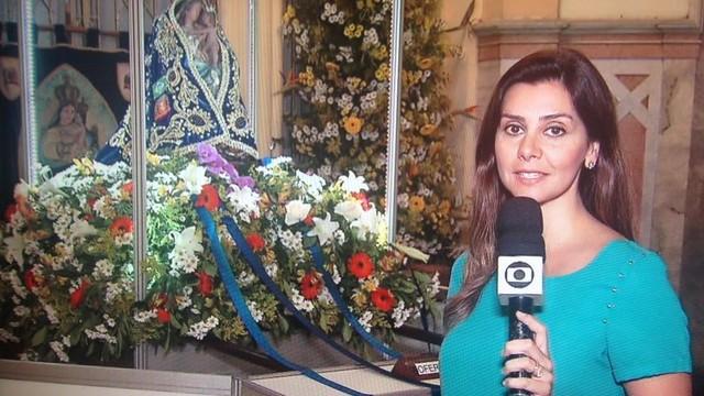 Tatyana Jorge em reportagem ao lado da Nossa Senhora do Monte Serrat (Foto: Arquivo Pessoal)