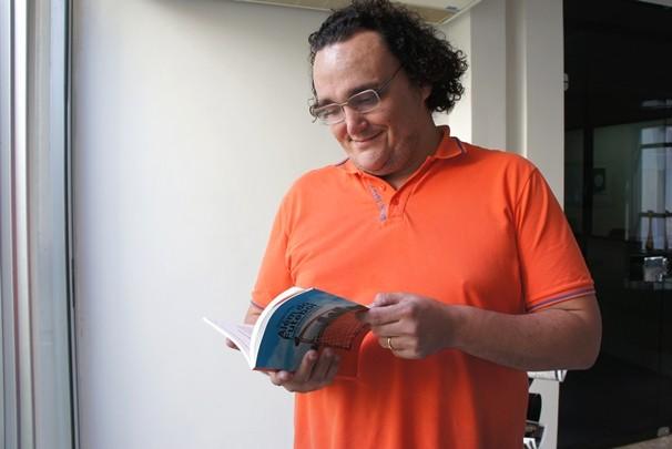 Phelipe Caldas lança livro Além do Futebol (Foto: Juliana Miranda/TV Cabo Branco)