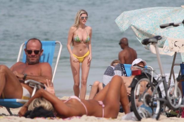 Bárbara Evans na praia (Foto: AgNews)