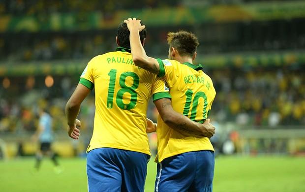 Paulinho Neymar comemoração Brasil (Foto: Marcos Ribolli / Globoesporte.com)