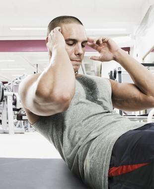 Homem fazendo abdominal euatleta (Foto: Getty Images)