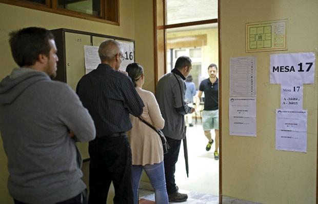Eleitores fazem fila para votar em Massama, em Portugal, neste domingo (4), durante as eleições gerais do país (Foto: Hugo Correia/Reuters)