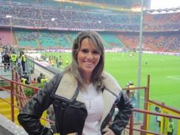 Foto (Foto: Fernanda posa no Estádio San Siro, em Milão)