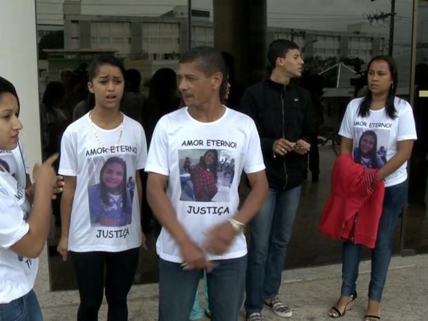 Família da menina foi ao local com camisas estampadas com imagens da vítima.  (Foto: Reprodução/ TV Gazeta)
