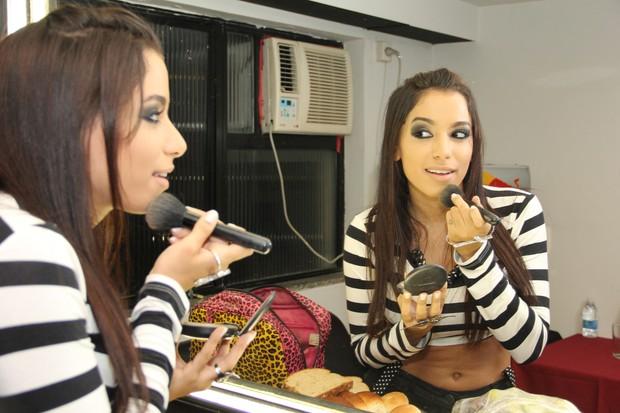 Mc Anitta retoca a maquiagem no camarim (Foto: Brunno Dantas/Divulgação)