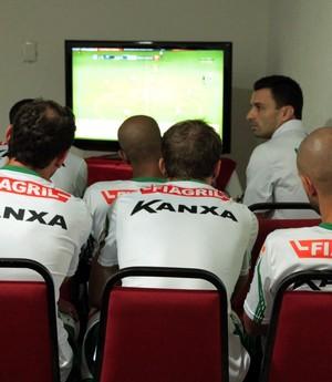 Luverdense assiste vídeos (Foto: Assessoria/Luverdense Esporte Clube)