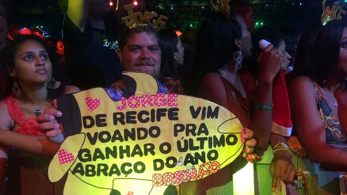Breno segurou cartaz em frente ao palco (Foto: Paula Outerelo / GShow)