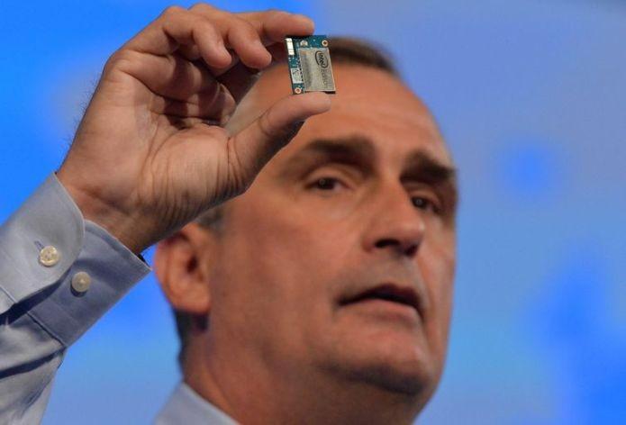 O presidente Brian Krzanich mostrou o microcomputador da Intel, o modelo Edison (Foto: Divulgação)