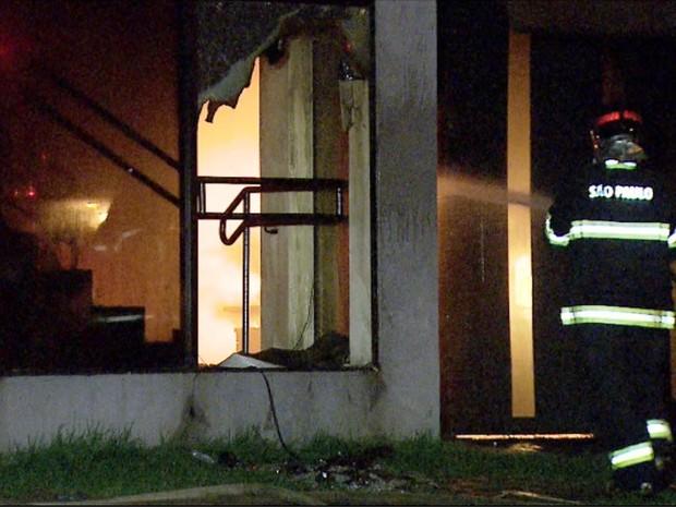 Segundo tenente do Corpo de Bombeiros, Eric Cocce, o interior da empresa foi praticamente todo destruído pelas chamas. (Foto: Fabio Junior/EPTV) (Foto: Fabio Junior/EPTV)
