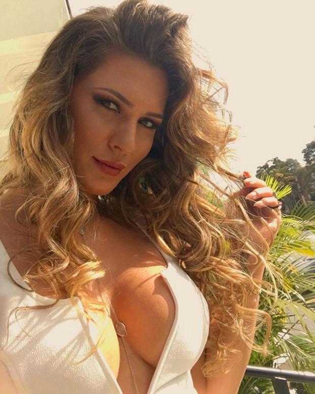 Lívia Andrade posa decotada para selfie (Foto: Instagram/ Reprodução)