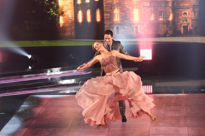 Rainer e Ju Valcéia dançam valsa no palco do 'Domingão' (Foto: Carol Caminha/Gshow)