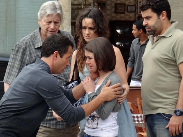 Paulinha chora com medo de voltar ao hospital (Foto: Amor à Vida/TV Globo)