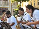 Orquestra toca frevo e ainda ensina passos da dança no Marco Zero