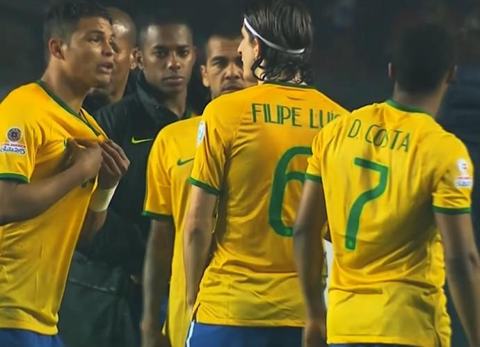 Thiago Silva conversa com Filipe Luís Brasil Paraguai  (Foto: Reprodução SporTV)