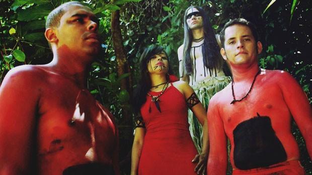 A banda Arandu foge do padrão do heavy metal, com mulher no vocal, negro na bateria e músicas em tupi-guarani. (Foto: BBC)