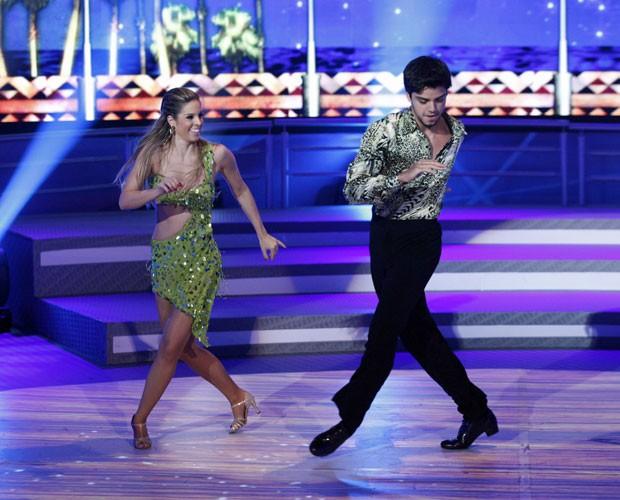 Rodrigo Simas mostra o gingado da salsa (Foto: Domingão do Faustão/TV Globo)