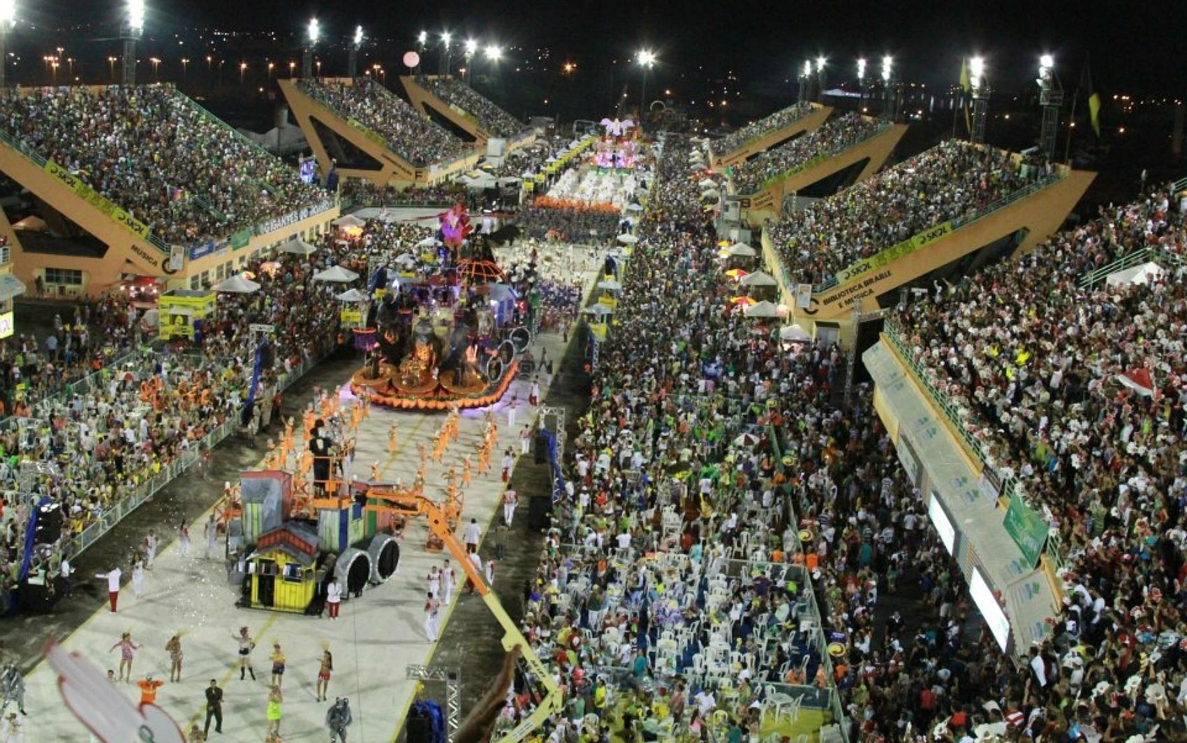 Desfile da Grande Família lotou o Sambódromo de Manaus (Foto: Frank Cunha/G1)