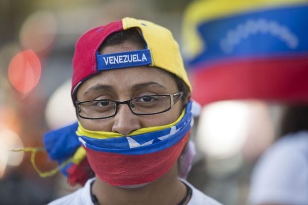 Manifestante anti-governo protesta em Caracas nesta quarta-feira (19) (Foto: Esteban Félix/AP)