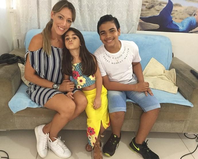 Fernanda Pinheiro ao lado dos irmãos Maria Luiza e João Pedro Borges (Foto: Fernando Petrônio)