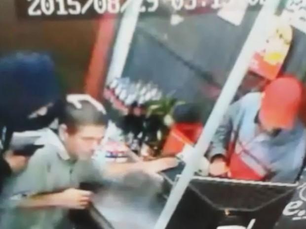 Criminosos armado ameaça cobrador enquanto colega rouba o caixa (Foto: Reprodução/TV TEM)