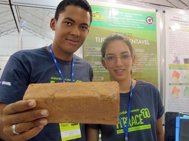 Willams e Rebeca de Camaragibi (PE) criaram um tijolo a base de bagaço de cana de açúcar (Foto: Vanessa Fajardo/ G1)