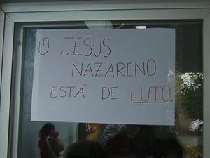 Placa indica luto por falta de estrutura e materiais no Hospital Jesus Nazareno, em Caruaru (Foto: Reprodução/ TV Asa Branca)