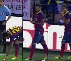 Daniel Alves come banana arremessada por torcedores do Villarreal. (Foto: Reprodução )