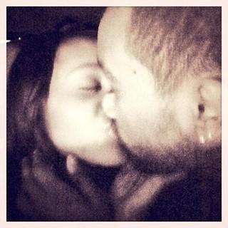 O beijo de Bobbi Kristina e Nick Gordon (Foto: Twitter / Reprodução)