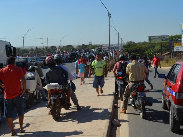 Manifestação em Ji-Paraná fechou acesso à ponte da cidade, que liga os dois distritos (Foto: Roger Henrique/G1)
