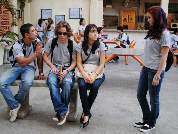 Débora e Jefferson discutem de novo e a garota defende Bernardo (Foto: Malhação / Tv Globo)