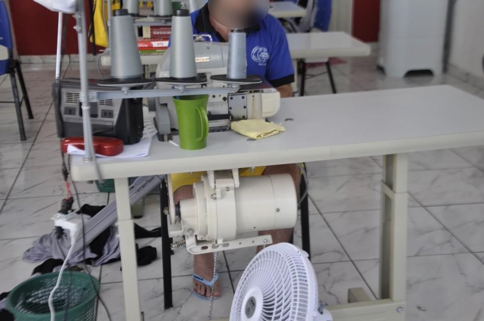 Presos aprendem a costurar na cadeia pública de Barra do Garças (Foto: Sejudh/MT)