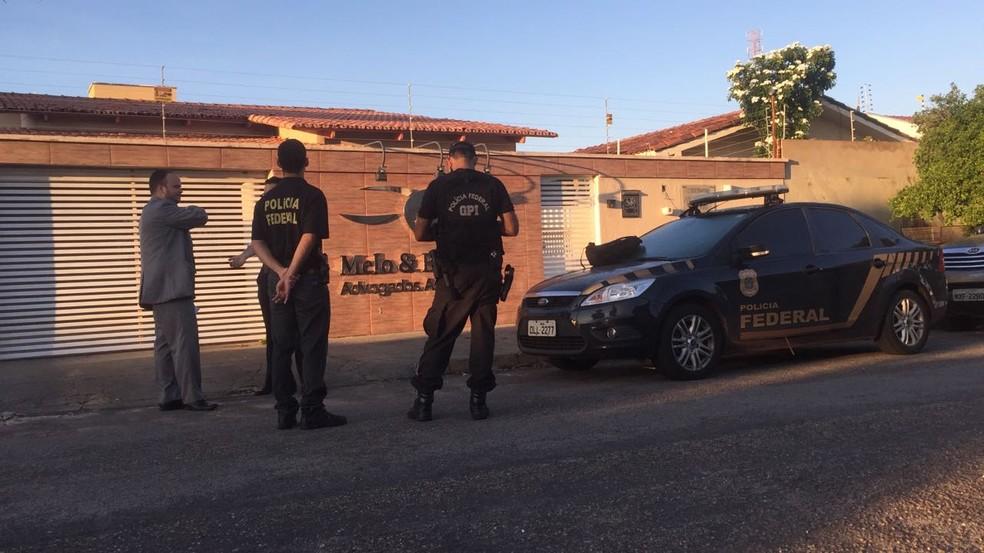 PF cumpre mandado de busca e apreensão em escrtitório de advocacia (Foto: Gilvana Paludo/TV Anhanguera)
