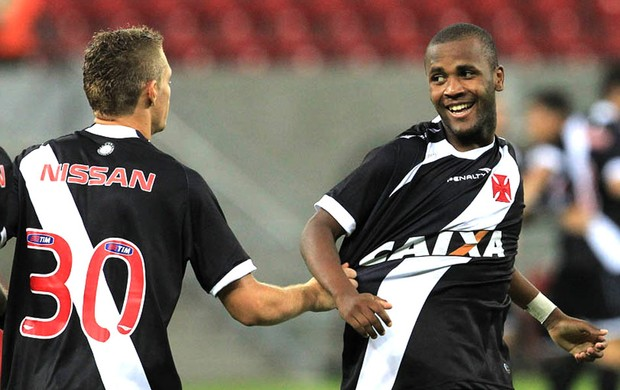 Marlone e Willie comemoram gol do Vasco contra o Náutico (Foto: Marcelo Sadio / Site do Vasco)