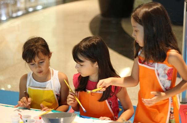 A criançada se divertiu com as pinturas em aquarela. (Foto: TV Anhanguera)