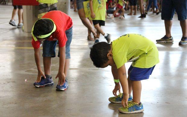 Os pequenos levaram a sério a prática esportiva e aproveitaram para se alongar (Foto: Marcos Dantas/ Globoesporte.com)
