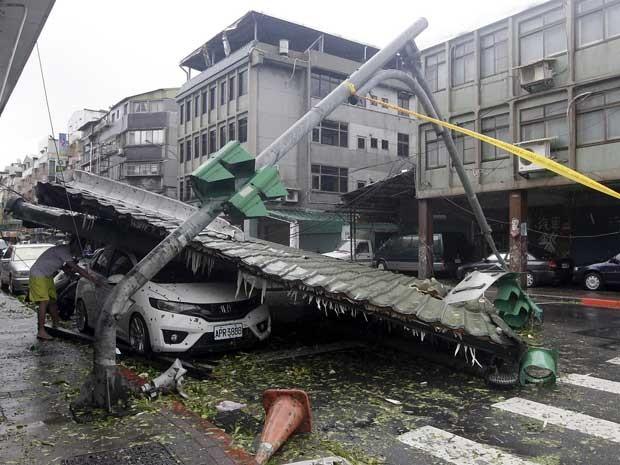 Telhado cai e destrói carro em Taipei (Foto: Pichi Chuang / Reuters)