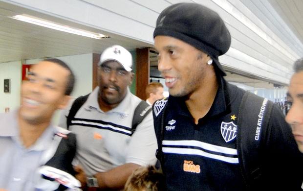 Ronaldinho atende crianças no aeroporto de Confins (Foto: Gabriel Medeiros / Globoesporte.com)