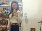 Simony posa de barriguinha de fora em nova selfie no espelho