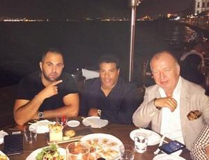 Assis janta com Gultekin Gencer, presidente do Antalyaspor (Foto: Reprodução / Instagram)