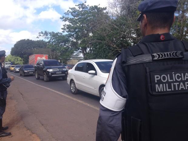 Polícia Militar (PM) do Amapá controlou o tráfego de veículos na rodovia (Foto: Dyepeson Martins/G1)