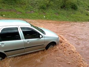 Forte chuva na tarde deste domingo (20) provocou o alagamento em alguns pontos da Estrada Parque de Taguatinga (EPTG). Perto do viaduto Israel Pinheiro, acesso para Águas Claras, os motoristas tiveram dificuldade para trafegar. (Foto: Rodrigo Vasconcelos)